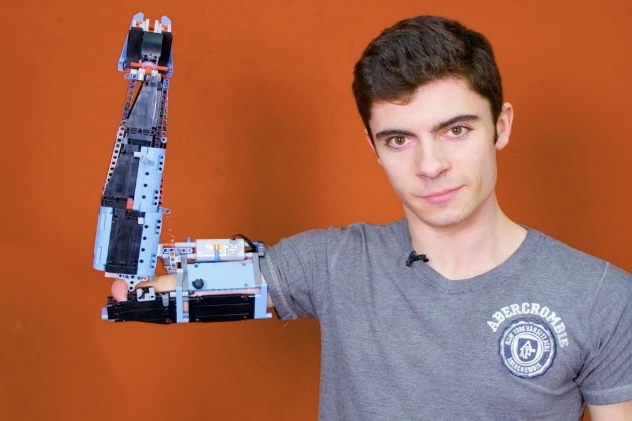 Video: A young man builds himself a prosthetic arm using LEGO 1