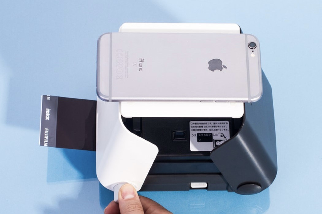 This gadget turns your smartphone into a Polaroid camera! 1