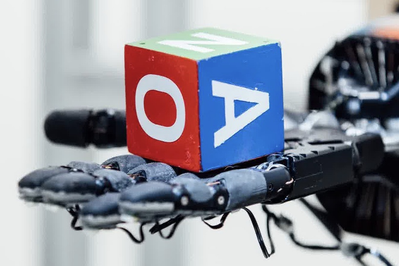 This robot can rotate a cube just like a human 1