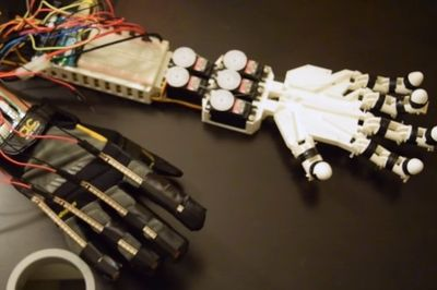Video: Student Creates A Robotic Hand Controlled By His Hand Movements