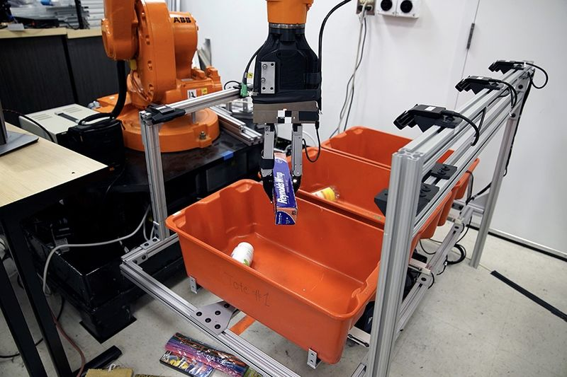 Video: This Robot Can Pick Something Out Of A Bin 1